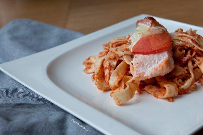 Łosoś zapiekany z mozzarellą i pomidorami