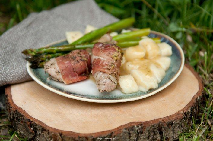 Polędwiczka pieczona ze śliwką i szynką szwarcwaldzką